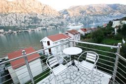 Балкон. Черногория, Муо : Студия для 4 человек, с балконом с шикарным видом на море, 20 метров до пляжа