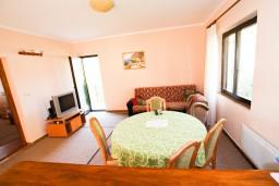 Гостиная. Черногория, Лепетане : Апартамент для 4-5 человек, 2 отдельные спальни, 2 балкона с видом на море