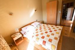 Спальня. Черногория, Лепетане : Апартамент для 4-5 человек, 2 отдельные спальни, 2 балкона с видом на море