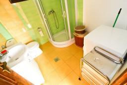 Ванная комната. Черногория, Лепетане : Апартамент для 4-5 человек, 2 отдельные спальни, 2 балкона с видом на море