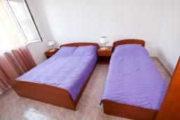 Спальня. Черногория, Лепетане : Апартамент с отдельной спальней, с балконом с видом на море, возле пляжа
