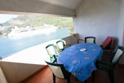 Балкон. Черногория, Лепетане : Апартамент с отдельной спальней, с балконом с видом на море, возле пляжа