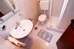 Ванная комната 2. Черногория, Лепетане : Апартамент с отдельной спальней, с балконом с видом на море, возле пляжа