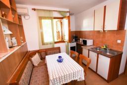 Кухня. Черногория, Лепетане : Большая студия для 2-4 человек, 20 метров до пляжа