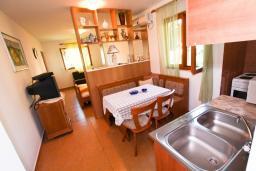 Студия (гостиная+кухня). Черногория, Лепетане : Большая студия для 2-4 человек, 20 метров до пляжа