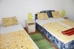 Спальня 2. Черногория, Игало : Второй этаж виллы с 4-мя отдельными спальнями, с 3-мя ванными комнатами, вилла расположена на берегу песчаного (детского) пляжа в Игало.