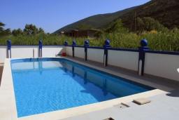 Бассейн. Черногория, Игало : Второй этаж виллы с 4-мя отдельными спальнями, с 3-мя ванными комнатами, вилла расположена на берегу песчаного (детского) пляжа в Игало.