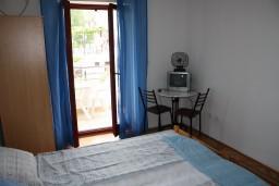 Спальня. Черногория, Игало : Второй этаж виллы с 4-мя отдельными спальнями, с 3-мя ванными комнатами, с балконом с видом на море, 30 метров до пляжа