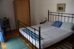 Спальня 2. Черногория, Игало : Второй этаж виллы с 4-мя отдельными спальнями, с 3-мя ванными комнатами, с балконом с видом на море, 30 метров до пляжа