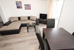 Гостиная. Черногория, Шушань : Апартамент с отдельной спальней в 250 метрах от моря