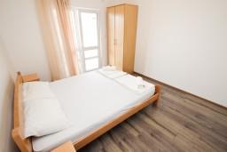 Спальня. Черногория, Шушань : Апартамент с отдельной спальней в 250 метрах от моря