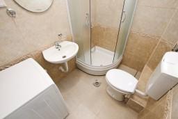 Ванная комната. Черногория, Шушань : Апартамент с отдельной спальней в 250 метрах от моря