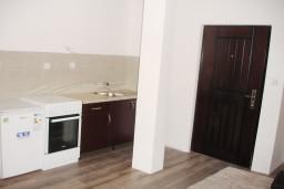 Кухня. Черногория, Шушань : Апартамент с отдельной спальней в 250 метрах от моря