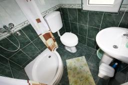 Ванная комната. Черногория, Доня Ластва : Уютная студия возле моря