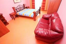 Спальня. Черногория, Тиват : Уютный апартамент c отдельной спальней в 250 метрах от моря