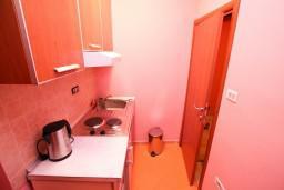 Кухня. Черногория, Тиват : Уютный апартамент c отдельной спальней в 250 метрах от моря