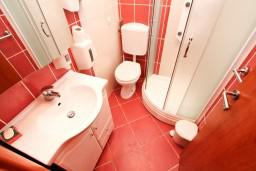 Ванная комната. Черногория, Тиват : Уютный апартамент c отдельной спальней в 250 метрах от моря