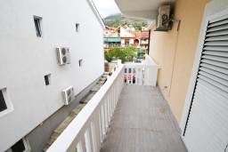 Балкон. Черногория, Тиват : Уютный апартамент c отдельной спальней в 250 метрах от моря