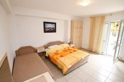 Студия (гостиная+кухня). Черногория, Доня Ластва : Студия с большим балконом с частичным видом на море, 80 метров до пляжа