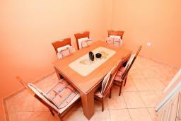 Обеденная зона. Черногория, Доня Ластва : Апартамент с отдельной спальней, с балконом с видом на море, 80 метров до пляжа