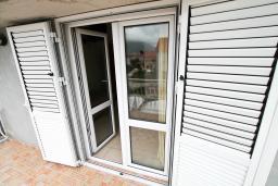 Балкон. Черногория, Доня Ластва : Апартамент с отдельной спальней, с балконом с видом на море, 80 метров до пляжа