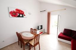 Гостиная. Черногория, Доня Ластва : Апартамент с отдельной спальней, с балконом с видом на море, 80 метров до пляжа