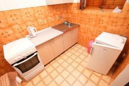 Кухня. Черногория, Доня Ластва : Апартамент для 5 человек, с 2-мя отдельными спальнями, возле моря