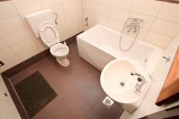 Ванная комната. Черногория, Доня Ластва : Апартамент для 5 человек, с 2-мя отдельными спальнями, возле моря