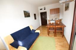 Гостиная. Черногория, Тиват : Апартамент с отдельной спальней, с балконом с видом на море
