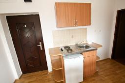 Кухня. Черногория, Тиват : Апартамент с отдельной спальней, с балконом с видом на море