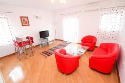 Гостиная. Черногория, Селяново : Апартамент для 4 человек, с 2-мя отдельными спальнями, с балконом с видом на море