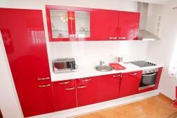 Кухня. Черногория, Селяново : Апартамент для 4 человек, с 2-мя отдельными спальнями, с балконом с видом на море