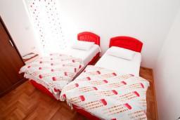 Спальня 2. Черногория, Селяново : Апартамент для 4 человек, с 2-мя отдельными спальнями, с балконом с видом на море