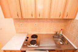Кухня. Черногория, Доня Ластва : Апартамент с отдельной спальней, 60 метров до моря
