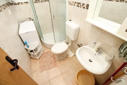 Ванная комната. Черногория, Доня Ластва : Апартамент с отдельной спальней, 60 метров до моря