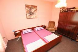 Спальня. Черногория, Тиват : Апартамент для 6-8 человек, с 2-мя отдельными спальнями, с большой кухней и гостиной