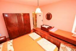 Спальня 2. Черногория, Тиват : Апартамент для 6-8 человек, с 2-мя отдельными спальнями, с большой кухней и гостиной