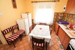 Кухня. Черногория, Тиват : Апартамент для 6-8 человек, с 2-мя отдельными спальнями, с большой кухней и гостиной