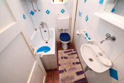 Ванная комната. Черногория, Тиват : Апартамент для 6-8 человек, с 2-мя отдельными спальнями, с большой кухней и гостиной