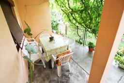 Терраса. Черногория, Тиват : Апартамент для 6-8 человек, с 2-мя отдельными спальнями, с большой кухней и гостиной