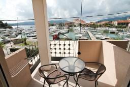 Балкон. Черногория, Тиват : Современная студия с балконом с видом на море, возле городского причала