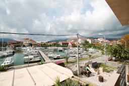 Вид на море. Черногория, Тиват : Современная студия с балконом с видом на море, возле городского причала