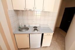 Кухня. Черногория, Тиват : Современная студия возле городского причала