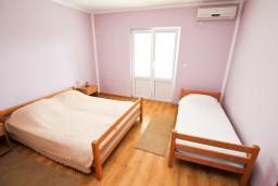 Спальня. Черногория, Тиват : Апартамент для 3-5 человек, с отдельной спальней