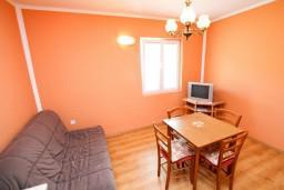 Гостиная. Черногория, Тиват : Апартамент для 3-5 человек, с отдельной спальней