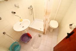 Ванная комната. Черногория, Селяново : Студия для 4 человек, с террасой с видом на море, возле пляжа