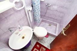 Ванная комната. Черногория, Селяново : Комната для 3 человек, с общей кухней, с террасой с видом на море, возле пляжа