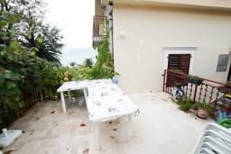 Терраса. Черногория, Селяново : Комната для 3 человек, с общей кухней, с террасой с видом на море, возле пляжа