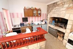 Кухня. Черногория, Селяново : Комната для 3 человек, с общей кухней, с террасой с видом на море, возле пляжа