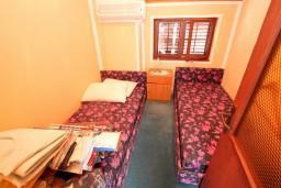 Спальня 2. Черногория, Селяново : Комната для 5 человек, с общей кухней, возле пляжа